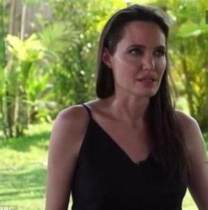 بكاء أنجلينا جولي في حديثها عن براد بيت