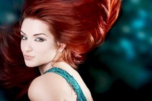 تميزي في إطلالاتك الربيعية بجمالية الشعر الأحمر كصيحة الموسم