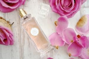 تألقي بنعومة فائقة مع جاذبية العطور الربيعية بلمسة من الورود