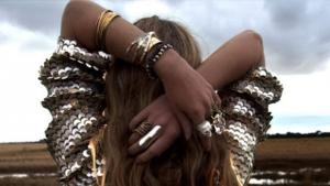 امزجي بين الإكسسوارات الفضية والذهبية في إطلالاتك الربيعية