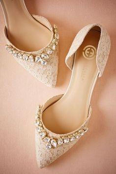 لطوال القامة.. موديلات لحذاء فلات مناسب لفرحك