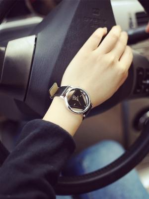 اختاري ساعتك الجدلية السوداء لتتألقي في إطلالاتك الربيعية