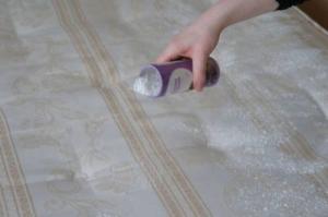 5 نصائح لتنظيف مرتبة السرير بكل سهولة