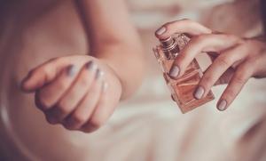 تجنبي هذه الأخطاء الشائعة عند وضع عطرك المفضل