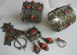 تميزي بجاذبية وأناقة في إطلالاتك مع لمسة من المجوهرات الفضية التقليدية