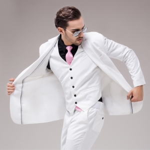 اللون الأبيض والأسود جمالية تعطي ملابس الرجال الربيعية أناقة بارزة