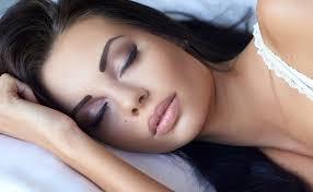 5 أضرار للنوم بالمكياج أبرزها حب الشباب والبقع البيضاء