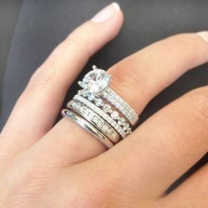 تألقي وأنت عروس بجمالية الخاتم الذي يزين أصبعك