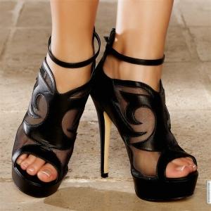 جمالية الدانتال الأسود تتألق في رونق الأحذية الربيعية
