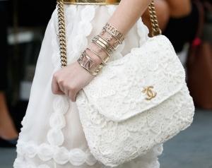 اختاري اللون الأبيض في الحقيبة لتتألقي بجاذبية في إطلالات الصيف