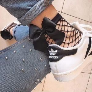 ارتدى الجوارب الشبكية بطريقة عصرية