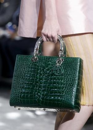 تألقي بجاذبية راقية مع حقائب مصممة من جلد التمساح