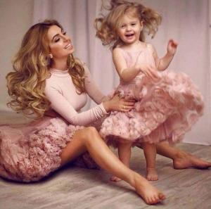 شاهدي أجمل إطلالات الأمهات مع بناتهن بنفس الفستان