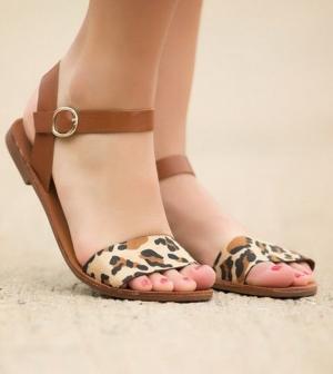 تألقي في فصل الصيف بأناقة الأحذية الصيفية الخفيفة