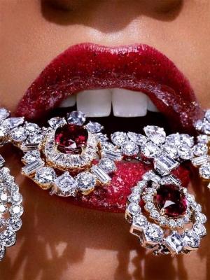 تشكيلة مجوهرات خلابة باللون الأحمر