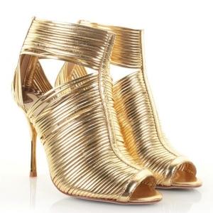 اللون الذهبي موضة مميزة في أحذية السهرة الصيفية