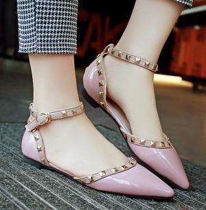 لمسة من الأحذية المسطحة تدخل بقوة ساحة موضة الصيف
