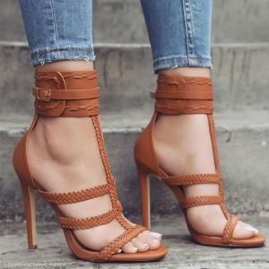 تصاميم راقية من الأحذية الصيفية باعتماد جلد الغزال