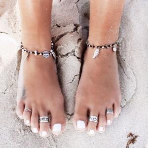 امنحي قدميك أناقة مثالية مع خواتم الأقدام الصيفية