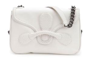 حقائب الصيف تتألق بجمالية بلمسة الأبيض في عروض الأزياء