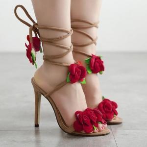 صنادل الصيف تتألق بجاذبية الورود المنعشة والمميزة