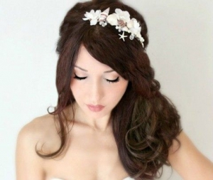 اجعلي شعرك المنسدل بارزا وأنيقا بلمسة من أطواق الورد