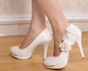 إذا كنت عروس اختاري من بين الموديلات الراقية ما يناسبك من الأحذية لهذا الموسم