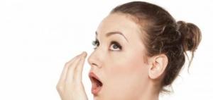 استعملي هذا المحلول المميزة لتقضي على رائحة الفم الكريهة