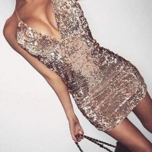 تشكيلة من الفساتين اللامعة لمظهر جذاب وجرئ