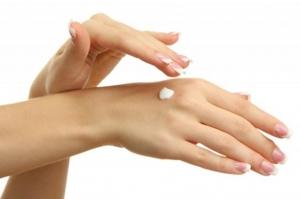 خلطة طبيعية تبيض اليدين وتمنحهما النعومة الكاملة
