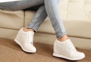 إستخدمي هذه الحيلة الذكية لتنظيف الأحذية البيضاء و جعلها كالجديدة