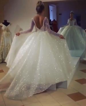 بالفيديو| فساتين الزفاف اللامعة تكتسح موضة هذا العام