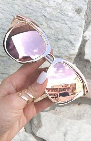 نظارات الشمس الملونة تسيطر على صيف 2017