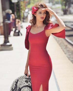 تألقي بالفستان الأحمر على طريقة عارضة الأزياء ماهلاغا جابري