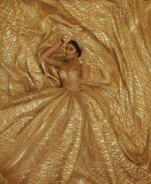 شاهدي.. فساتين خطوبة باللون الذهبي فخامة وأناقة