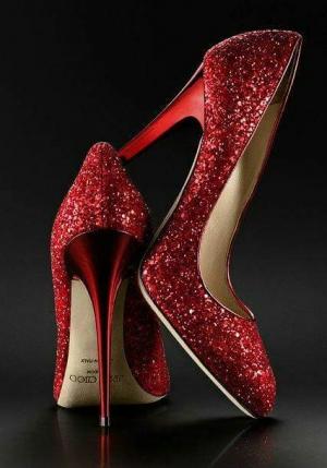 تصميمات ساحرة للأحذية الحمراء لا يمكن الاستغناء عنها
