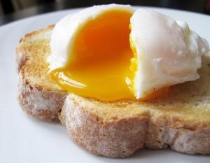 دراسة: تناول البيض على الفطور يعزز عملية خسارة الوزن