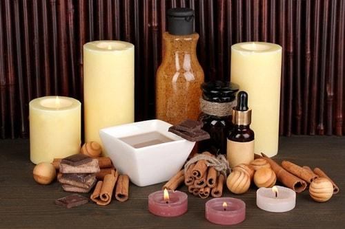 إصنعي بنفسك مقشر طبيعي لتفتيح الشفاه من القرفة والعسل