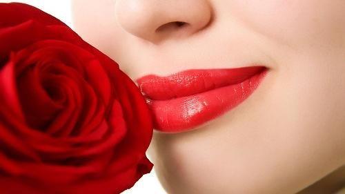 سبع نصائح تمنع تلطخ الأسنان بأحمر الشفاه
