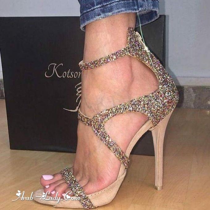 cce57f1323982 ليس هنالك أجمل من الأحذية البراقة مع فساتين السهرة الناعمة، أو مع ملابس  السهرة الراقية، لذا اخترنا لك موديلات براقة بألوان معدنية لامعة بعضها مزين  بالترتر ...